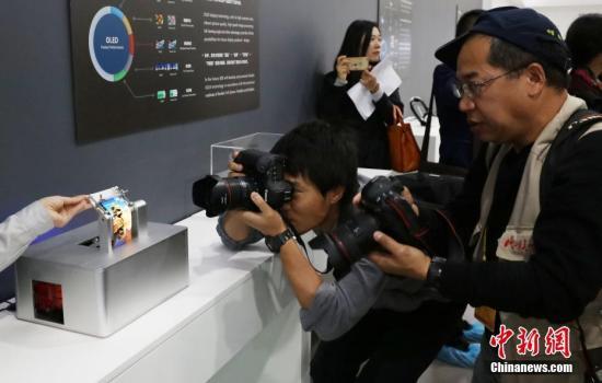 媒体记者感受京东方柔性屏产品。 <a target='_blank' href='http://www.chinanews.com/'>中新社</a>记者 杨可佳 摄