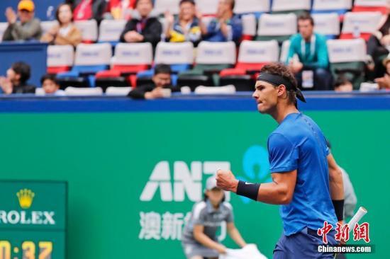 10月13日,在2017年ATP上海网球大师赛男单第四轮比赛中,西班牙选手拉菲尔·纳达尔以2比1艰难战胜保加利亚选手格里戈尔·迪米特洛夫,晋级四强。 殷立勤 摄