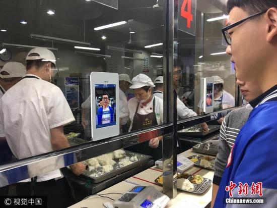 """10月12日,钱江晚报记者去杭州第十一中学食堂蹭了顿热腾腾的午饭。这个食堂和别家的食堂很不一样,学生就餐时,不是刷饭卡而是刷脸。也就是说,该校上千名高中生现在全都靠脸吃饭。学生食堂每个窗口前都装了一台""""刷脸器"""",带摄像头,可以触屏操作,乍看之下,和普通平板电脑类似。学生只要在""""刷脸器""""前站一秒钟,身份就会被识别出来。然后,姓名、饭卡余额和套餐类型等就餐信息,会出现在屏幕上,点击""""确认"""",即结账完毕,就能拿到食堂师傅递过来的香喷喷的饭菜。这是杭十一中智慧食堂3.0版。此前的2.0版已经可以通过手机微信完成点餐和支付,只是在取餐环节需要凭卡。而3.0版是在2.0版的基础上,增加了人脸识别功能,..."""