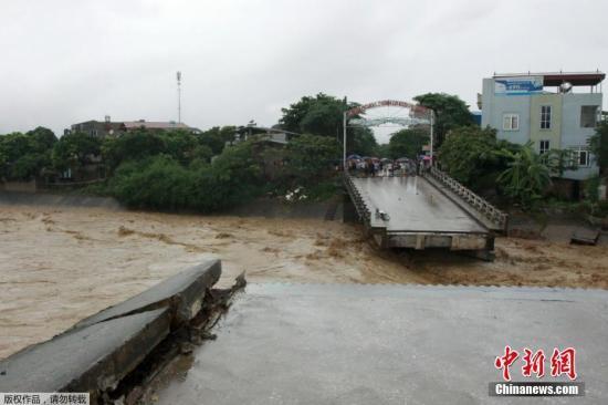 据报道,好几个省份的村庄仍然被洪水淹没,当局正积极清理道路,以救援受困灾民。图为越南北部城市安沛,一座大桥在洪水中垮塌。