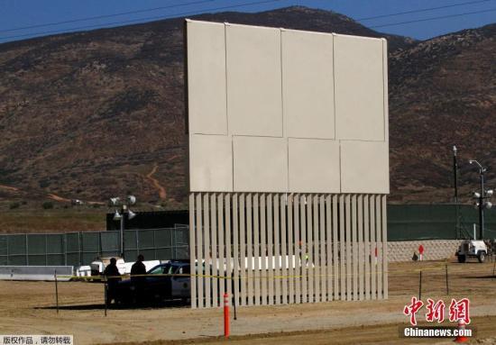 当地时间2017年10月12日,墨西哥挑华纳,从美墨边境墨西哥一侧拍摄到的边境墙样品。特朗普2017年1月25日签定走政命令,宣布在美墨边境线上筑墙,以拦截作凶侨民和作凶人员越境从事作凶运动。