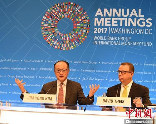 当地时间10月12日,世界银行行长金墉(左)在世界银行和国际货币基金组织(IMF)2017年秋季年会上表示,中国解决了8亿人口的贫困问题,这是人类历史上最伟大的故事之一,中国的扶贫经验值得中等收入国家借鉴。 <a target='_blank' href='http://www.chinanews.com/'>中新社</a>记者 邓敏 摄