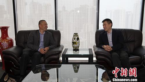 中国新闻社副社长兼副总编辑夏春平率领的中新社访问团一行,于10月13日拜会中国驻巴拿马大使馆。这是中国与巴拿马2017年6月正式建立外交关系后首个到访巴拿马的中国媒体代表团。图为中国驻巴拿马大使馆代办刘波(右)与夏春平交流。 中新社记者 余瑞冬 摄