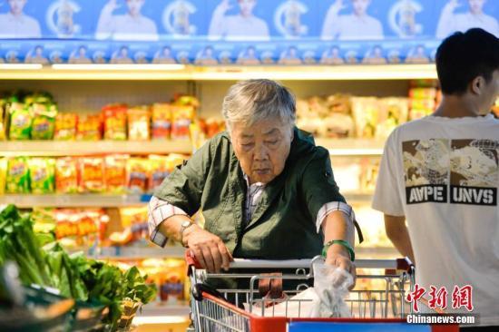 多吃蔬菜是长寿的原因之一。资料图为市民在超市内购买蔬菜。洪坚鹏 摄