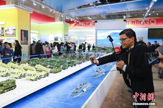 """10月16日,来自拉美、海湾等地区的多个记者团在北京参观""""砥砺奋进的五年""""大型成就展。 中新社记者 盛佳鹏 摄"""