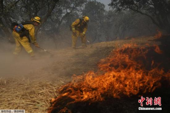 """当地时间10月15日,美国加利福尼亚州消防部门表示,随着风势渐缓,加州北部山火的扑救工作终于迎来""""转机""""。"""