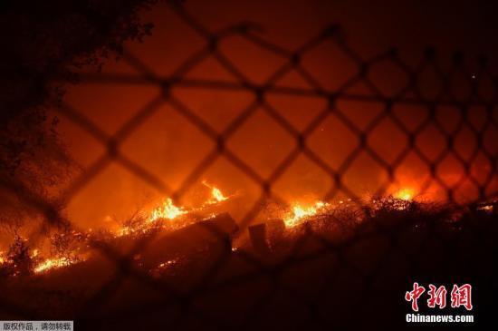 资料图:当地时间10月15日,西班牙西北部地区发生山火,大火导致附近村镇数人被困。