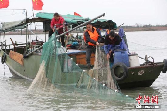 资料图:渔民捕鱼。 宋从勇 摄