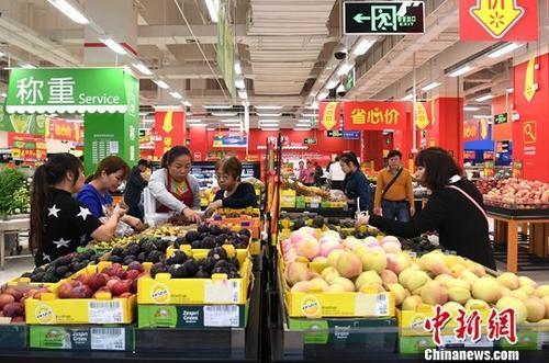 资料图:民众在超市选购水果。<a target='_blank' href='http://www.chinanews.com/'>中新社</a>记者 俞靖 摄