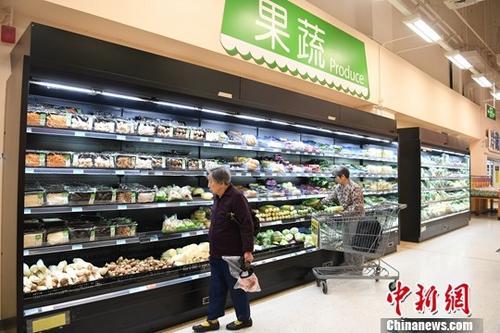 10月16日,广西南宁,民众在超市选购蔬菜。当日,中国国家统计局发布数据,2017年9月份,中国居民消费价格同比上涨1.6%。其中,城市上涨1.7%,农村上涨1.4%。<a target='_blank' href='http://www.chinanews.com/'>中新社</a>记者 俞靖 摄