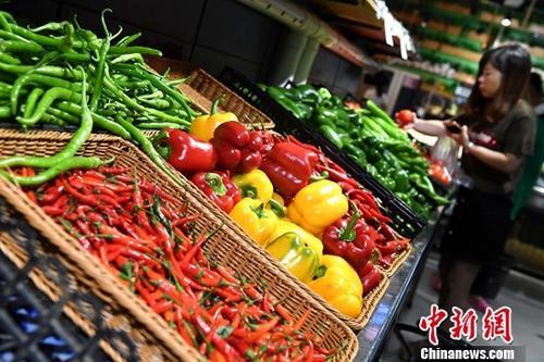 资料图:市民在超市选购蔬菜。<a target='_blank' href='http://www.chinanews.com/'>中新社</a>记者 张斌 摄