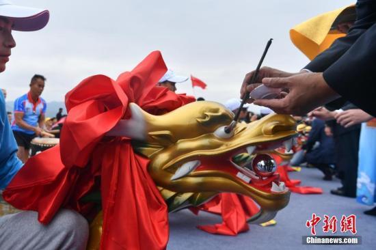 10月17日,参加开幕式的嘉宾为龙舟点睛。 <a target='_blank' href='http://www.chinanews.com/'>中新社</a>记者 任东 摄