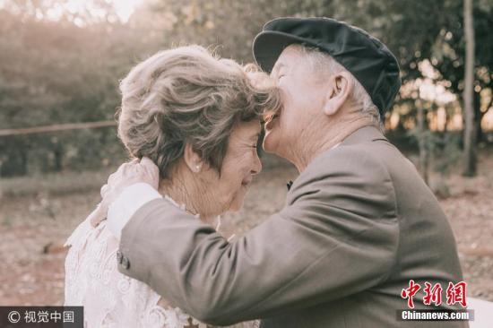 资料图:巴西夫妇结婚60年补拍婚纱照。图片来源:视觉中国