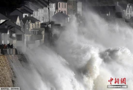 """英国气象局对北爱尔兰、威尔士西部、苏格兰西南部及曼岛地区发出了""""对生命安全造成潜在危险""""的黄色警报,提醒民众作好防灾准备,警告飓风将造成物件被刮倒、吹飞,甚至有电力、交通和通讯中断的可能。"""