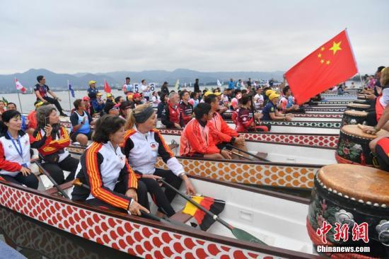 10月17日,各国运动员在龙舟上参加开幕式。 <a target='_blank' href='http://www.chinanews.com/'>中新社</a>记者 任东 摄