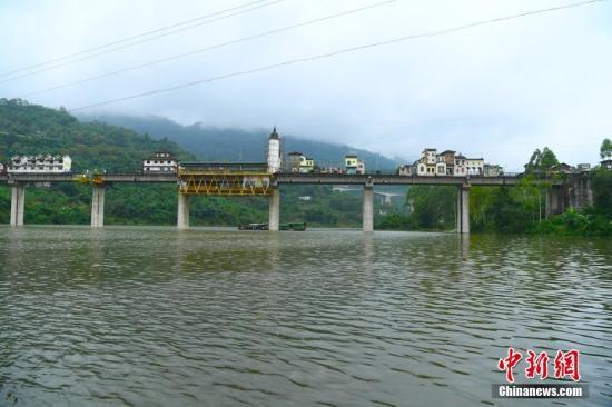 10月17日,三峡水库蓄水逼近175米。长江重庆涪陵红酒小镇段水位不断升高,蓄水后的库区景色呈现出别样的韵味。图为梨香溪溪流上的一座中西合璧的廊桥。 陈超 摄