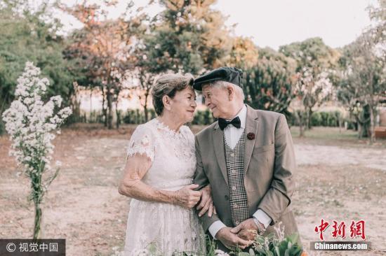 资料图:一对巴西老夫妇结婚60年后补拍婚纱照。图片来源:视觉中国