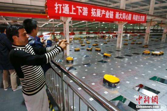 资料图:媒体记者了解京津冀一体化建设在交通、商业等方面协同发展情况,以及中国高铁发展情况。中新社记者 富田 摄