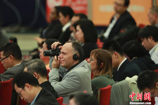 10月17日,中国共产党第十九次全国代表大会新闻发言人庹震在北京人民大会堂举行新闻发布会。图为外国记者在发布会现场拍摄。 中新社记者 盛佳鹏 摄