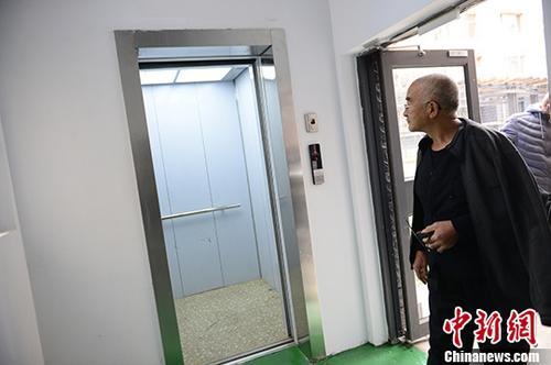 资料图:老旧民楼加装电梯。 <a target='_blank' href='http://www.chinanews.com/'>中新社</a>记者 刘文华 摄