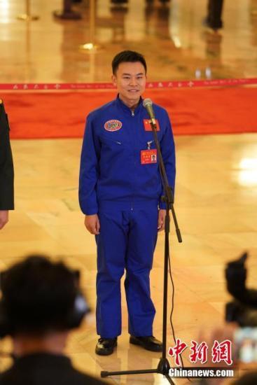 """10月18日,中国共产党第十九次全国代表大会在人民大会堂一楼中央大厅北侧举办""""党代表通道""""第一场采访活动。图为潜航员唐嘉陵。中新社记者 毛建军 摄"""