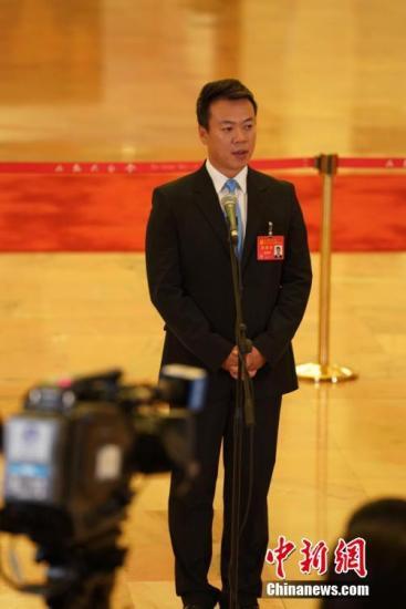 """10月18日,中国共产党第十九次全国代表大会在人民大会堂一楼中央大厅北侧举办""""党代表通道""""第一场采访活动。图为中国花样滑冰队总教练赵宏博。中新社记者 毛建军 摄"""