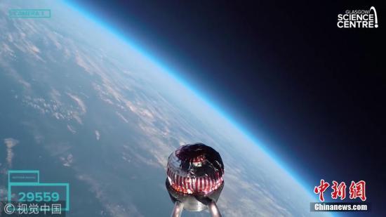 """英国科研人员日前将苏格兰特产、一块汤诺克斯牌巧克力棉花糖茶点送上3万多米高空,并将其成功回收。据今日俄罗斯电视台网站15日报道,这块被命名为""""特里""""的茶点于13日在英国格拉斯哥以西的伦弗鲁郡被一个氢气球送上高空,经过约90分钟飞行,最高飞行高度达到3.7万米。之后,""""特里""""历经约40分钟返回地面,成功着陆在加洛韦森林公园内的一棵树上,且""""相当完好""""。整趟飞行在社交媒体上直播。图片来源:视觉中国"""