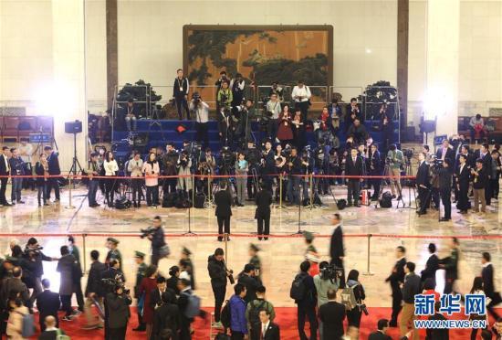 10月18日,中国共产党第十九次全国代表大会在北京人民大会堂开幕。这是开幕会前,代表接受采访。 新华社记者 王晔 摄 图片来源:新华网