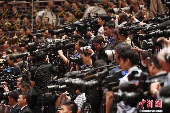 10月18日,中国共产党第十九次全国代表大会在北京人民大会堂开幕。中外记者关注大会。 中新社记者 毛建军 摄