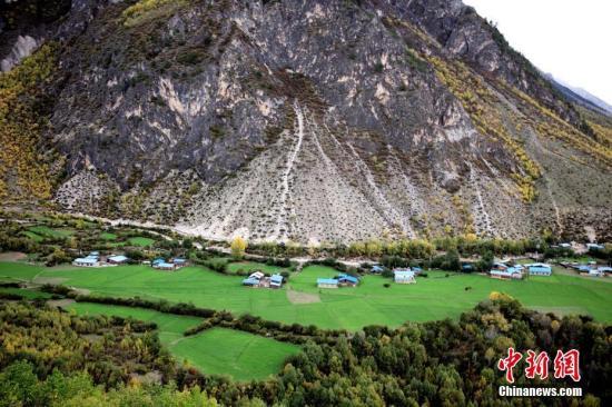 资料图:西藏林芝山村,良好的生态环境令人神往。 中新社记者 陈文 摄