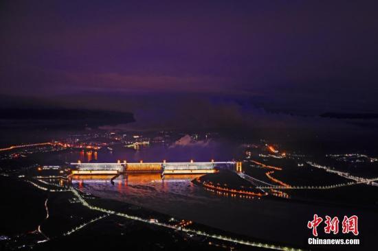 资料图:三峡大坝安装的各式夜景灯光正式开启。李风 摄