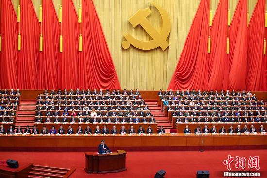 10月18日上午,中国共产党第十九次全国代表大会在北京人民大会堂开幕。习近平代表第十八届中央委员会向大会作报告。 中新社记者 刘震 摄