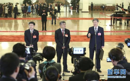 10月18日,中国共产党第十九次全国代表大会在北京人民大会堂开幕。这是开幕会前,王恩东、谢春涛、张瑞敏代表(自左至右)接受采访。新华社记者 殷刚 摄 图片来源:新华网