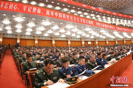10月18日,中国共产党第十九次全国代表大会在北京人民大会堂开幕。习近平代表第十八届中央委员会向大会作了题为《决胜全面建成小康社会 夺取新时代中国特色社会主义伟大胜利》的报告。 中新社记者 盛佳鹏 摄