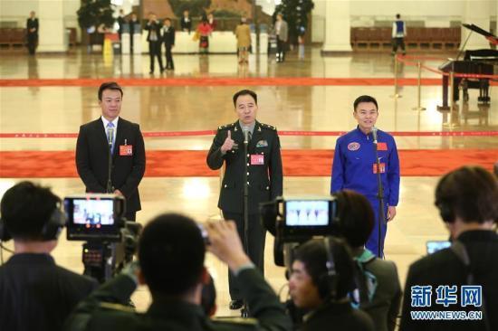 10月18日,中国共产党第十九次全国代表大会在北京人民大会堂开幕。这是开幕会前,赵宏博、景海鹏、唐嘉陵代表(自左至右)接受采访。新华社记者 殷刚 摄 图片来源:新华网