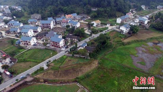 资料图:乡村公路。 中新社记者 瞿宏伦 摄