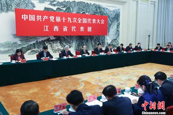 10月19日,中国共产党第十九次全国代表大会部分代表团讨论向中外记者开放。图为江西省代表团在讨论。 中新社记者 刘震 摄