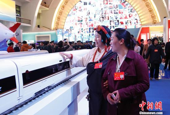 """资料图:10月19日晚,参加中国共产党第十九次全国代表大会的代表,在北京展览馆参观""""砥砺奋进的五年""""大型成就展。 中新社记者 杜洋 摄"""