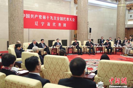 10月19日,中国共产党第十九次全国代表大会部分代表团讨论向中外记者开放。图为辽宁省代表团在讨论。 中新社记者 盛佳鹏 摄