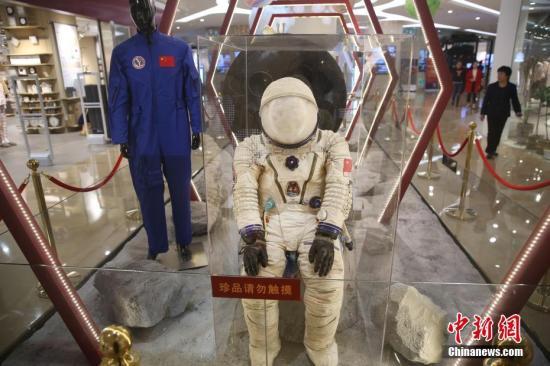 """资料图:""""中国航天主题特展""""亮相南京,吸引了众多家长带着孩子一起前来。/p中新社记者 泱波 摄"""