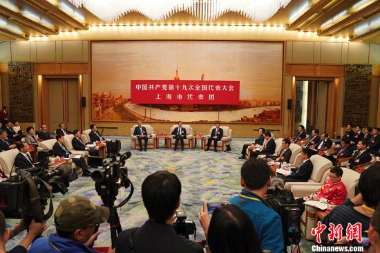10月19日,中国共产党第十九次全国代表大会上海代表团讨论向中外记者开放。 中新社记者 毛建军 摄
