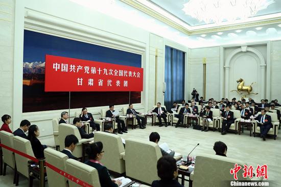 10月19日,中国共产党第十九次全国代表大会部分代表团讨论向中外记者开放。图为甘肃省代表团在讨论。 中新社记者 盛佳鹏 摄