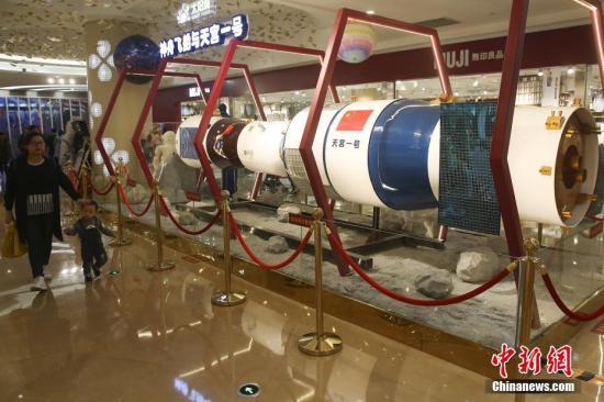资料图:市民被展出的天宫一号模型吸引。<a target='_blank' href='http://www.chinanews.com/'>中新社</a>记者 泱波 摄