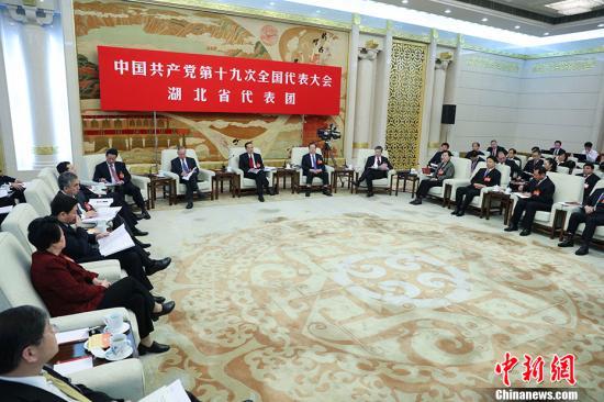 10月19日,中国共产党第十九次全国代表大会部分代表团讨论向中外记者开放。图为湖北省代表团在讨论。 中新社记者 刘震 摄