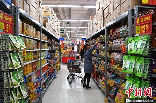 资料图:超市内,民众在选购食品。<a target='_blank' href='http://www.chinanews.com/'>中新社</a>记者 俞靖 摄