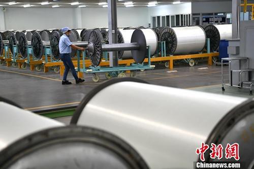 材料图R∩皆某工场繁忙消费的工人。a target='_blank' href='http://www.chinanews.com/'种孤社/a记者 张浪 摄