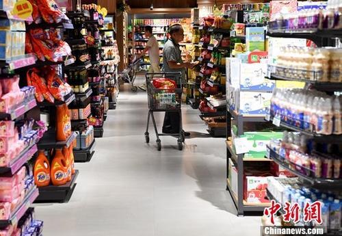 图为民众在福建省宁德市一商场购物。中新社记者 张斌 摄