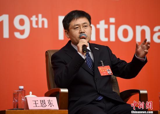 """10月20日,中国共产党十九大新闻中心在北京梅地亚中心举行集体采访,就""""实施创新驱动发展战略""""的主题邀请党员代表、浪潮集团首席科学家、中国工程院院士王恩东回答记者提问。 中新社记者 侯宇 摄"""