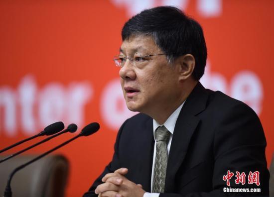 10月20日,中国共产党十九大新闻中心在北京梅地亚中心举行记者会,请中央文明办专职副主任夏伟东介绍加强思想道德和文化建设情况,并回答记者提问。中新社记者 侯宇 摄
