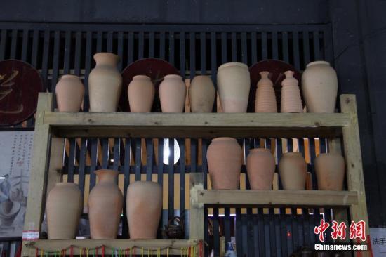 """在贵州省遵义市播州区花茂村有一种已经传承百年的土陶制作技艺。土陶技艺的第四代传承人母先才说:""""传承土陶是我的责任,无论如何我都不会让先辈创造的技艺流失""""。如今,土陶已被列为市级非物质文化遗产,传统的爬坡窑也被环保的陶器烧制机取代。图为展示的陶器。 <a target='_blank' href='http://www.chinanews.com/'>中新社</a>记者 瞿宏伦 摄"""